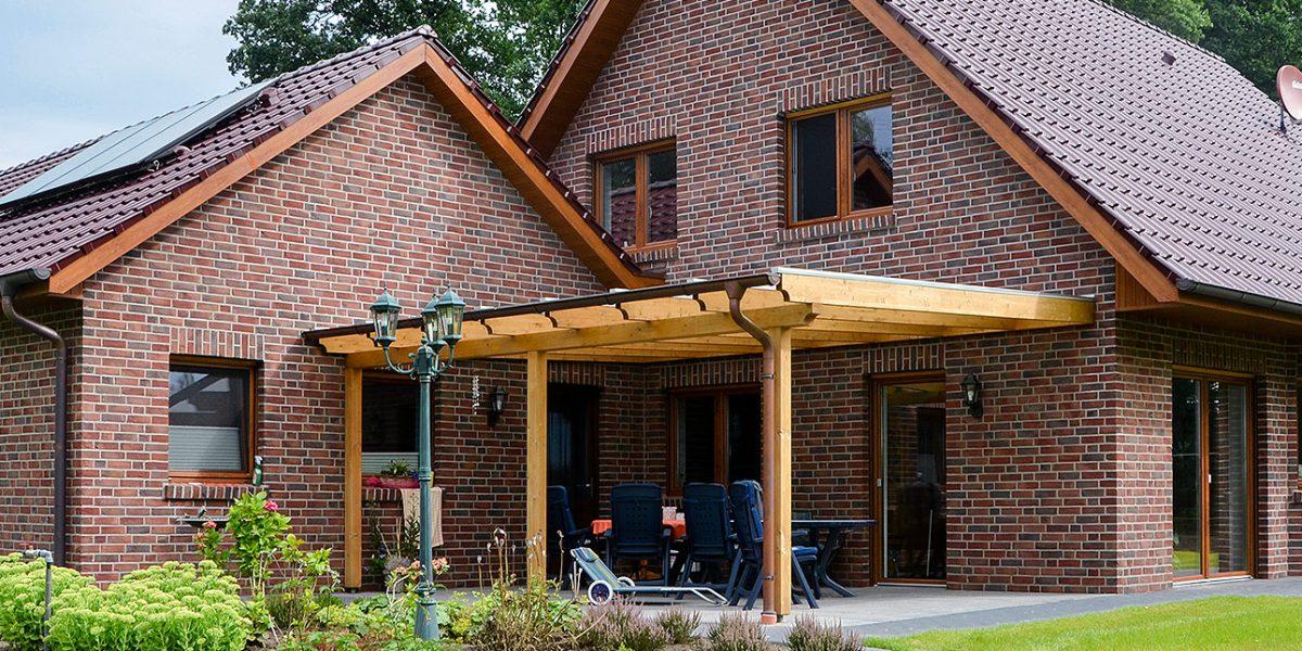 Terrasse und Garage des Einfamilienhauses