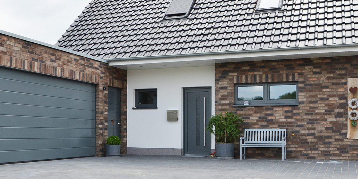 Der Eingangsbereich und die Garage des von Ro-Ge Bau schlüsselfertig erstellten Gebäudes