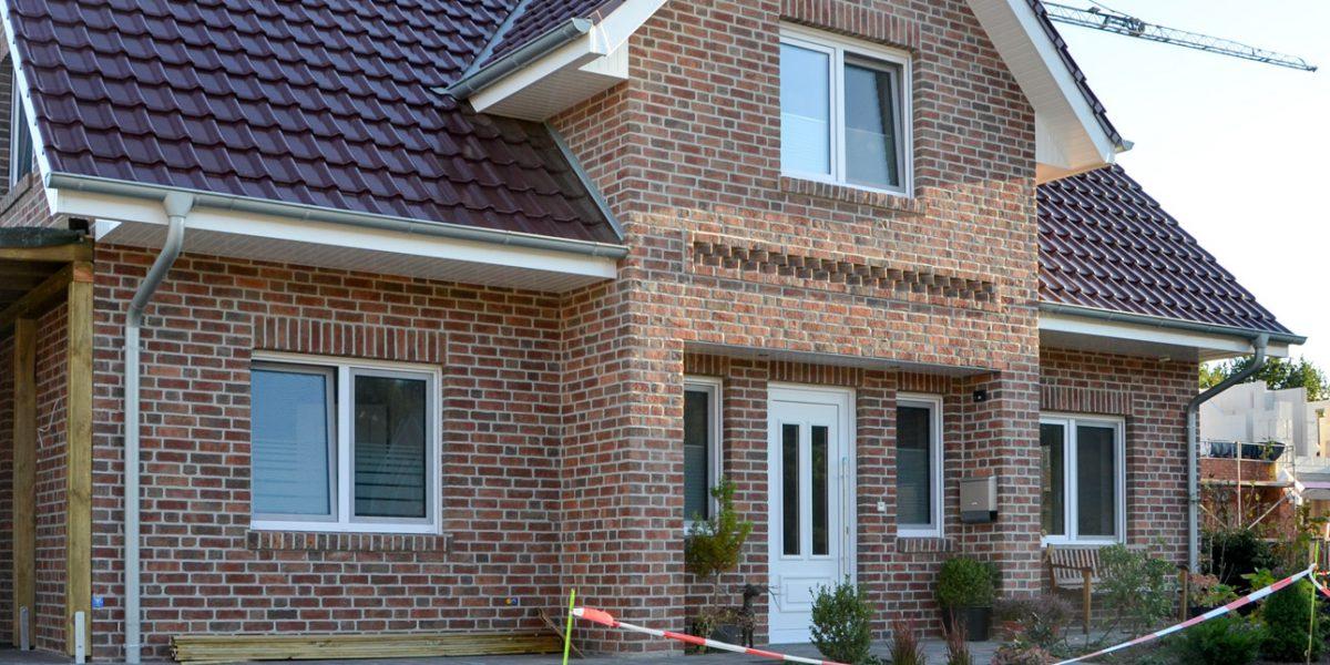 Direkt an das Einfamilienhaus herangebaut ist das Carport
