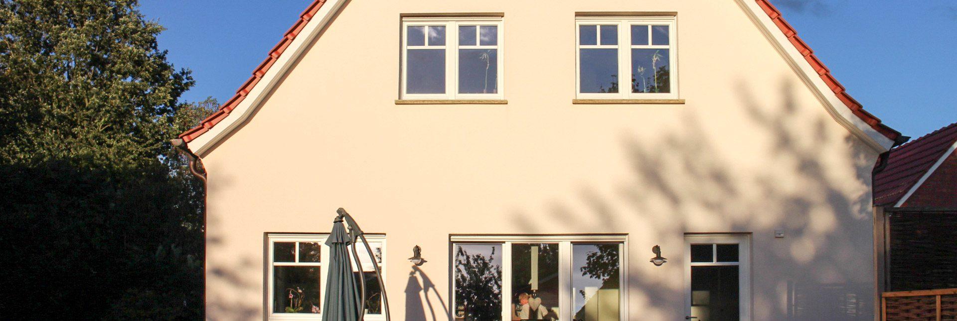 Die komplett renovierte Fassade kombiniert einen Gelbton mit weißen Dachüberständen und roten Ziegeln