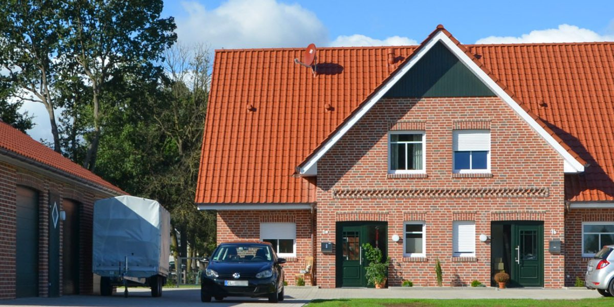 Doppelhaushälften von vorne mit Giebel